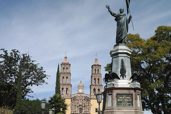 We started crossing of the Sierra de Santa Rosa de Lima, visit the City of Dolores Hidalgo visit the cementery where is buried Jose Alfredo Jimenez, Casa Miguel Hidalgo, the parish of Dolores, the house of Handicrafts, we head to the town of Atotonilco, continue with the city of San Miguel de Allende