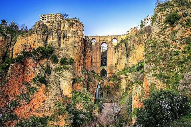 Half day tour in Ronda, the romantic city: land of bandits and poets. Very famous people have surrendered to its beauty, visiting regularly. Visit its Tauromachy museum, its bullring, its gorge and bridge, its Arab streets, etc.