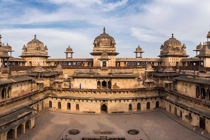 """An exciting tour to theenigmatic cenotaphs of """"Orchha"""" from """"Jhansi"""" railways station. Afterwards cycling tour to the Orchha wildlife sanctuary."""