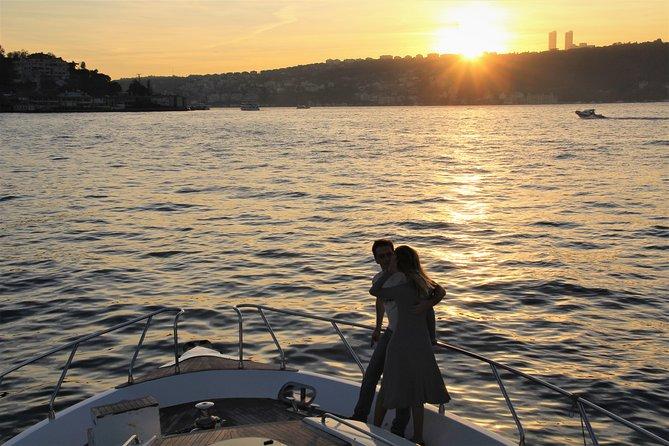 Crucero al atardecer por el Bósforo en un yate de lujo, Estambul, TURQUIA