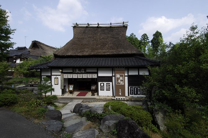 On the premises of 13 thousand pyong, we relocated old houses in the Edo and Meiji Periods, among which local specialties, Wajima coat, Kutanaki, Kaga Yuzen, gold leaf arts. In addition to shopping, you can experience traditional crafts.