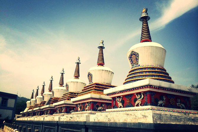 Xining is the capital of Qinghai Province where you catch train to Lhasa. This day tour offers you an opportunity to visitthe Kumbum Monastery, an establishment of Tibetan Buddhism in Qinghai, and the Dongguan Mosque and local market.