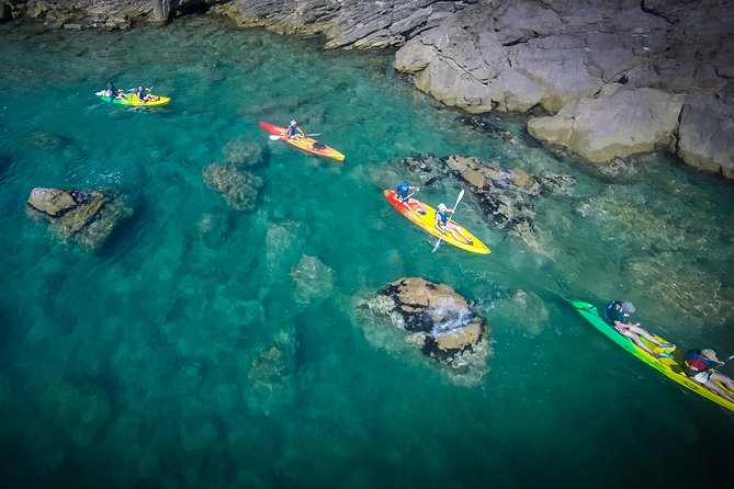 Discover the Sete's cliffs of the corniche, small marine caves, rocks, hidden beaches, with sea-kayaks.