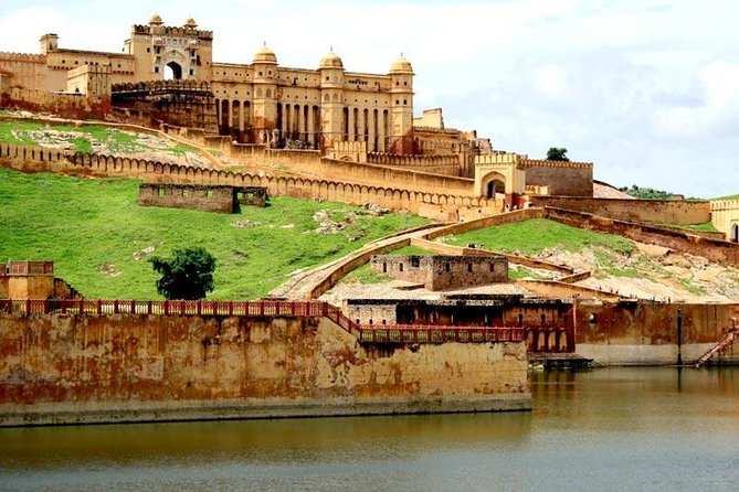 Discover the glory of India's Mughal Empire during a private full-day Agra to Jaipur. Travel in a private car from Agra to the Hawa Mahal and Amber Fort in Jaipur.<br>