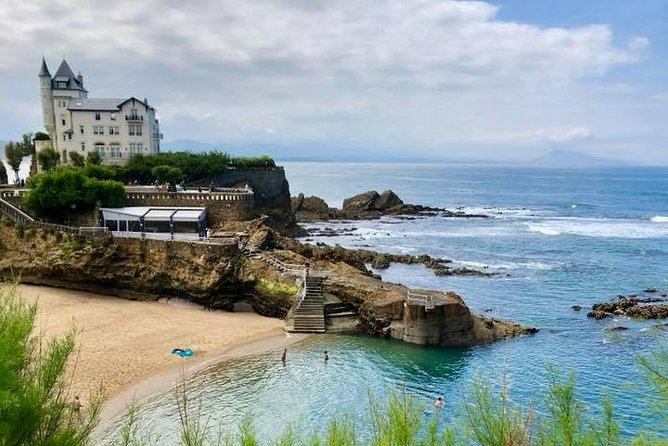 It's the best way to enjoy what the French coast has to offer. You will enjoy an unforgettable day in which you will be able to enjoy the landscapes, the shops and the gastronomy.<br><br>Enjoy this drive along the French Basque Coast with your own private guide and driver, stopping at the villages of Saint-Jean-De-Luz, Guéthary, and Biarritz during this day trip from San Sebastian. Hotel pickup and drop-off are included.