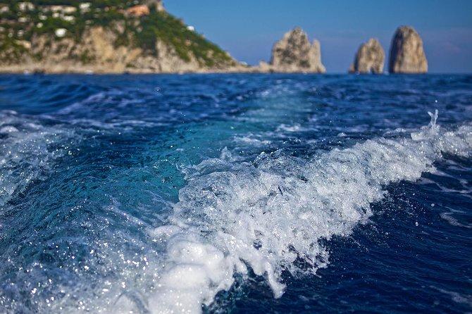 Paseo en barco en la isla de Capri que incluye baño, visita a lugares de interés turístico y degustación de Limoncello, Capri, ITALIA