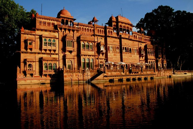 Experience in Gajner an unhurried way of life, explore a world of nature-walks, boat-rides, sanctuary dinners and desert safaris. Discover Rajasthan's 'best-kept secret', just 30-minutes' drive away from Bikaner with an overnight stay in the lake side palace.