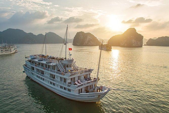 Cruzeiro durante a noite na Baía de Halong com caiaque, cavernas e cabine privada, Halong Bay, VIETNAME