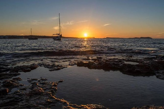 Sunset Catamaran Expedition in front of Cafe Mambo, Ibiza, ESPAÑA