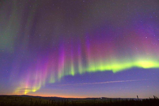 Vista de la aurora boreal desde un refugio en Fairbanks, Fairbanks, AK, ESTADOS UNIDOS