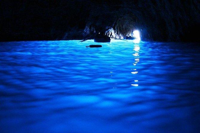 experiencia de primer nivel con recorrido en barco por Sorrento, Capri y la Gruta Azul para un máximo de 7 visitantes, ,