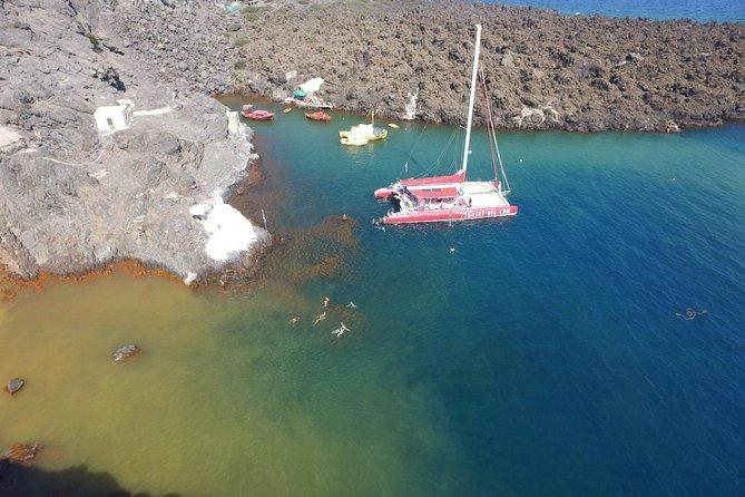 Crucero en catamarán a vela en Santorini con barbacoa y bebidas al atardecer, Santorini, GRECIA
