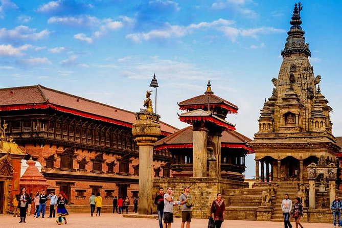 This tour package offers exploration at the three major cities of Nepal – Kathmandu, Pokhara, and Chitwan, which is also known as the 'Golden Triangle'. It also includes a short hike around Pokhara city, at Dhampus and Astham village and a bike tour of Pokhara city.<br>
