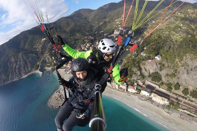 Soar above the Cinque Terre with this tandem paragliding flight from Monterosso with a professional flight instructor. Try one of the best adrenaline experiences of your life overlooking the breathtaking landscape of the Cinque Terre National Park! <br>