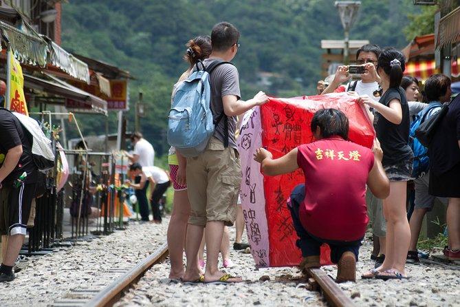 Small-Group Tour: Jiufen, Yehliu Geopark, and Shifen from Taipei, Taipei, TAIWAN