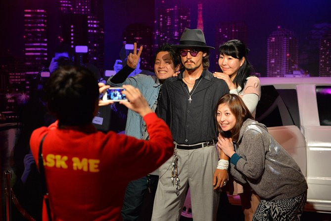 Just like the real person!<br><br>Enjoy a large selection of life-sized waxworks of famous celebrities at Madame Tussauds Tokyo.<br><br>First established in London 250 years ago, Madame Tussauds is a hands-on attraction with a venerable history.