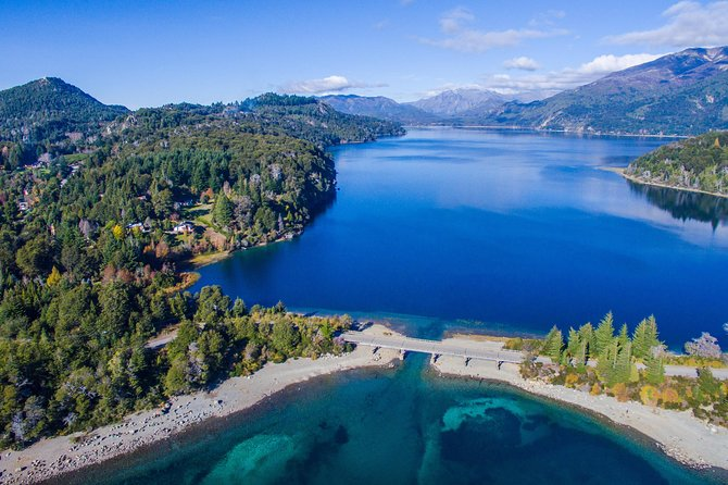 This experience is perfect for those who enjoy a morning hike in one of the most beautiful natural areas around Bariloche, very close to Llao Llao Hotel. At the foot of López Bay, there is an attractive and splendid walk reaching the impressive Tristeza Branch view Point, where you can discover unique breathtaking viiews of Nahuel Huapi Lake, Mount Tronador and Victoria Island.<br>