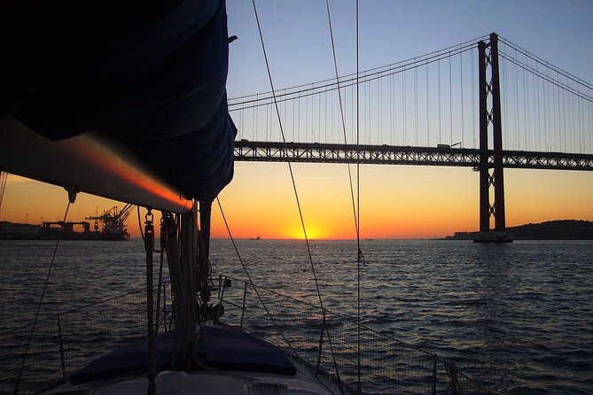 Enjoy a marvelous sunset on na amazing sailing boat on the Tagus River. See the amazing view of Lisbon from the river with it's famous light! Get to know the monuments from a diferente and unique perspective (Torre de Belém, Padrão do Descobrimentos...).<br>This tour has the Clean & Safe certification given by the Turismo de Portugal Board.