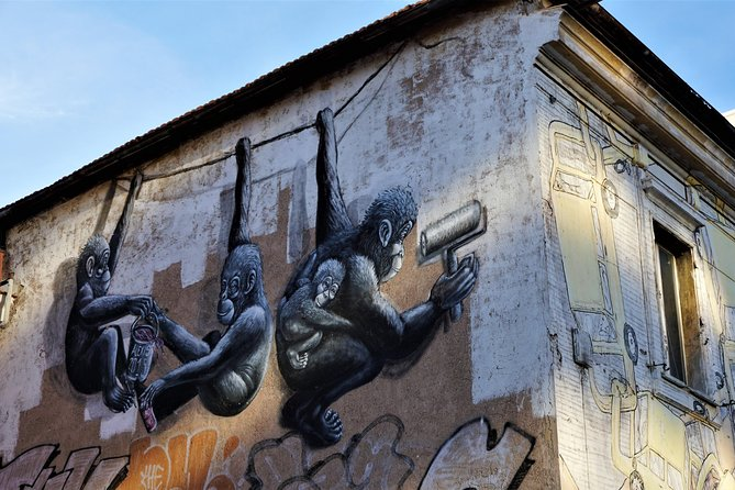 Walk off-the-beaten track in Rome and discover hidden jewels of local Street Art! <br><br>Taste delicious food specialties at the historic Testaccio Market and breathe in the unique atmosphere of Ostiense district. <br><br>The itinerary can be 100% personalized
