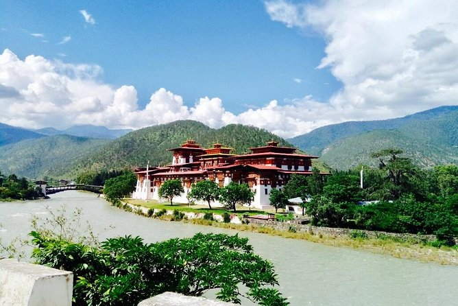 Short Tour to Explore Beauty of Bhutan is best option for explore Bhutan's beauty in 4 days. Famous for majestic cultural and natural landmarks in Paro,and Thimpu. Places we will cover: memorial chorten, nunnery temple, Bhutanese traditional painting school, <br><br>folk heritage museum. Trip will begins and end from Paro airport.