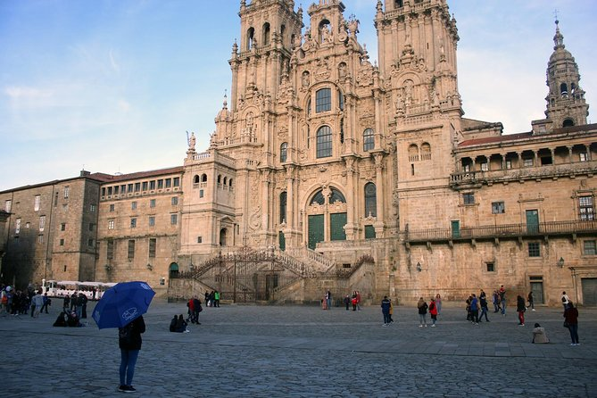 • 2 hours walking tour through the main streets of Santiago de Compostela Old Town <br> • Includes the main squares around the cathedral <br> • Local places you won't find in tourist guides: Mercado de Abastos, narrow streets, hidden squares <br> • The best views of the Cathedral from the Alameda Park. <br> • We adapt to your necesities