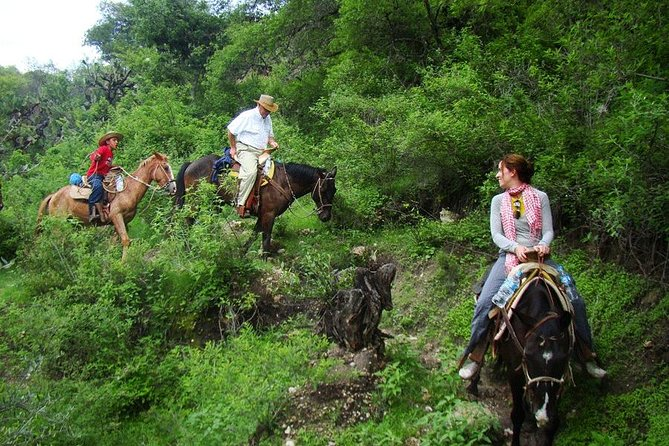 This is the most complete way to experience the canyon both by day and night. It includes the visit to the ranch, searching for eggs, tortillas and sauces making, the horseback riding excursion and free time to explore the canyon as in the half-day and full day rides, but also swimming, roping lessons and night and early morning rides.