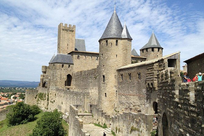 Day trip to the Cité de Carcassonne.<br><br>You're staying in Toulouse and you want to discover the Cité de Carcassonne, her comtal castle, her Saint Nazaire basilica and more historical highlights.<br><br>Description Carcassonne<br><br>Located 1 hour from Toulouse, Carcassonne is one of the 25 Great Sites of Midi-Pyrénées. In Cathar country, at the heart of the fortified city, discover the château of the counts of Carcassonne and the remparts, a Unesco World Heritage site.