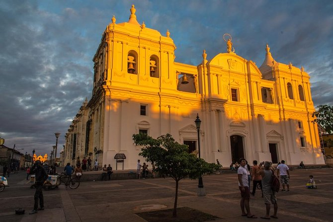 During the León City Tour, you will visit the most beautiful places of this colonial city. After this you will go and see the mud pools of San Jacinto where you can admire boiling mud pools.