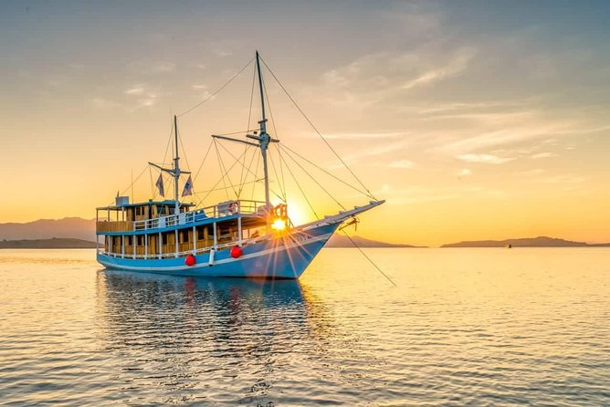 Great private tour on a boat sailing around Komodo national park to see the giant Komodo dragon, magnificent underwater world, flying foxes and beautiful small islands. <br><br>Minimum 2 person