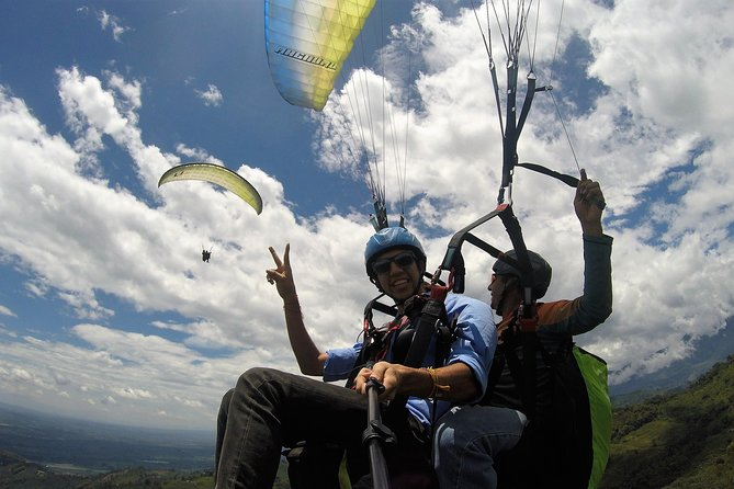 It is time to escape the routine and dare to new experiences paragliding ; Come and enjoy the beautiful landscape of Quindio from the clouds. Dare to feel the freedom of free flight, we have certified pilots to make your experience unique and unforgettable