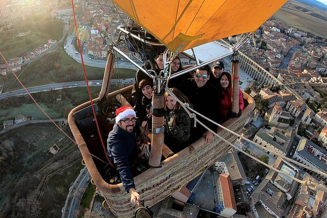 A balloon ride in Segovia is a unique and different flying experience: floating in the wind, seeing fascinating landscapes and feeling unforgettable sensations. Enjoy your flight with the first certified company in Spain for balloon rides, with expert professional balloonists as Javier Tarno, 6-time Spanish champion with more than 4,000 flight hours. The expert balloonists have a big experience in some of the most famous places in the world for balloon rides, such as Cappadocia (Turkey), Bagan (Myanmar) and Canada.