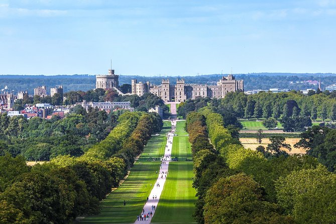 Visit two of England's most storied royal residences, Windsor Castle and Hampton Court Palace, during a private day trip from London. Ideal for history buffs or those tight on time, this excursion includes round-trip transportation in a private vehicle, so you needn't worry about navigating confusing public transport. Plus, gain historical and cultural insight that many visitors don't get, thanks to your driver-guide. <br><br>Explore some of England's best-known royal destinations on a day trip from London <br><br>Visit the Queen of England's rumored favorite residence, Windsor Castle <br><br>Sit at the King's Table in the Great Hall in the Tudor palace of Hampton Court <br><br>Enjoy convenient hotel pickup and drop-off from any central London location<br><br>Travel by luxury air conditioned vehicles