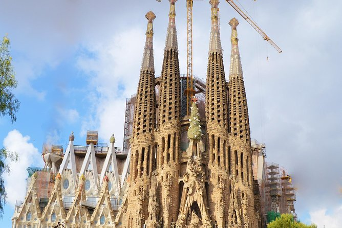 Visit to the Sagrada Familia in a Private Way: the great work of Catalan modernism and its greatest exponent, Antonio Gaudí. By the Hand of an official guide and great connoisseur of the work, you will not miss any of the details in the visit of the monument and receive a personalized treatment that will make your visit to the Temple, an unforgettable experience.