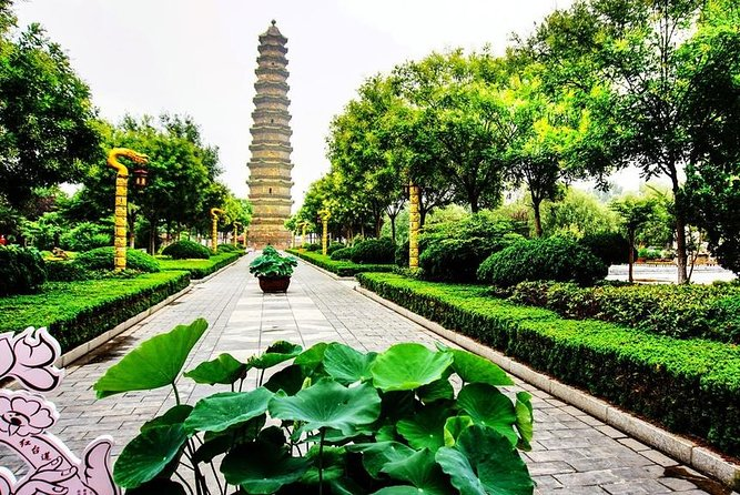 This private customized tour to Kaifeng from Zhengzhou offers two different tour starting options.Your can choose to start at Zhouzheng train station or Zhengzhou downtown hotel based on your own situation. You can advise your interested attractions(up to 3) instead of the attractions listed.<br><br>The entrance fees,local lunch,tour guide and private vehicle are all inclusive.
