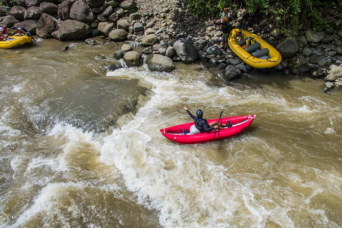 Recorrido combinado con tirolina y rafting en aguas bravas, ,