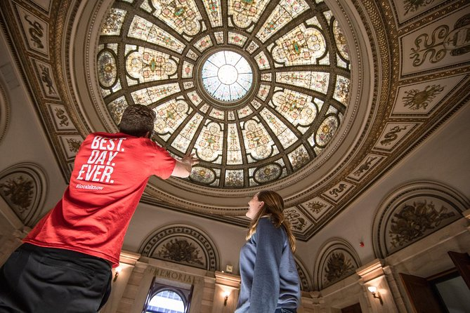 Chicago has it all – amazing architecture, great food, and iconic sights both old and new. This tour takes you to some of the city's best spots alongside a local guide where you'll get the inside scoop on what makes Chicago so special. Not only that, we'll throw in a couple of sweet, local treats to keep you going as we explore on foot and via local transportation.
