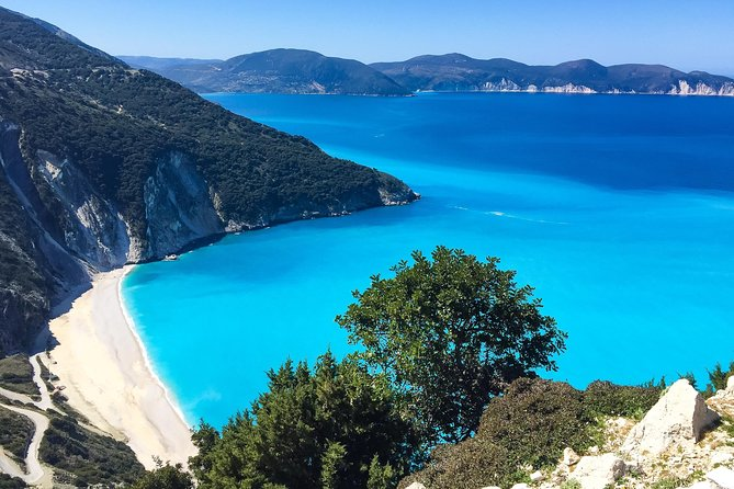 Recommended to visitors who want to explore all the beautiful sights of the island in one day. Swimming, water sports activities and rest on the magnificent Antisamos beach. The excursion ends with a walk and dinner in the picturesque village of Fiskardo.