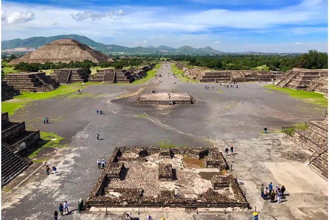 Avoid the crowds on this early morning tour of the Teotihuacan pyramids, also known as the City of the Gods. On this tour, an certified native guide takes you around the UNESCO World Heritage site and gives you insight into the majestic site.<br>*The tour includes the visit to the site museum.<br>* Private transportation from Mexico City -Teotihuacan - Mexico City<br>*Visit the villages around the archaeological site<br>*Visit to nearby craft stores<br>* It includes Mexican Food at the end of the tour