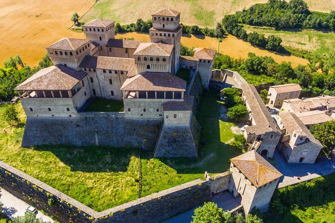 Enjoy this full day tour to discover the typical Emilia Romagna products. Visit a cheese factory, smell the flavour of Parma Ham and visit the Torrechiara Castle.<br>