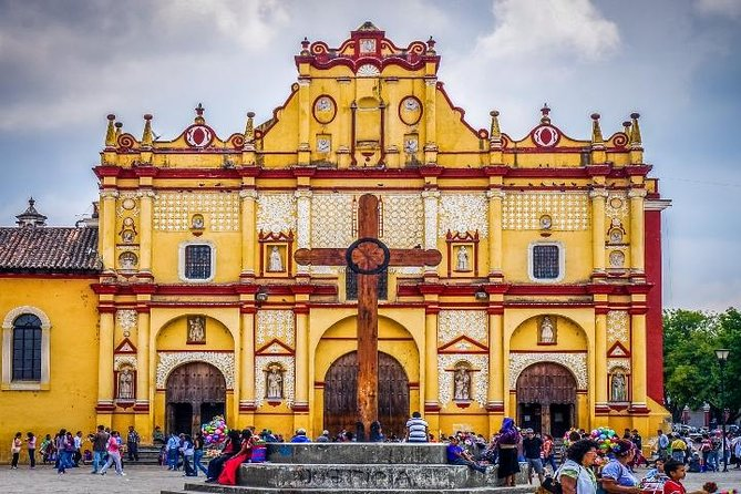 Join this original tour of San Cristobal de Las Casas, a mix of Indigenous and local villages full of colors and traditions, visiting the historical center including Zocalo (main plaza), the Cathedral, the Law Faculty and other buildings rich in colonial architecture such as the Casa de las Artesanias, Casa de Cultura and the Arco del Carmen. The final part of the tour is the visit to the central market and Santo Domingo Church.<br><br>San Cristobal is made up of a series of traditional barrios (neighborhoods), each of which is known for a particular trade or custom, such as iron working, carpentry and woodcarving.<br><br>This is a shared service.