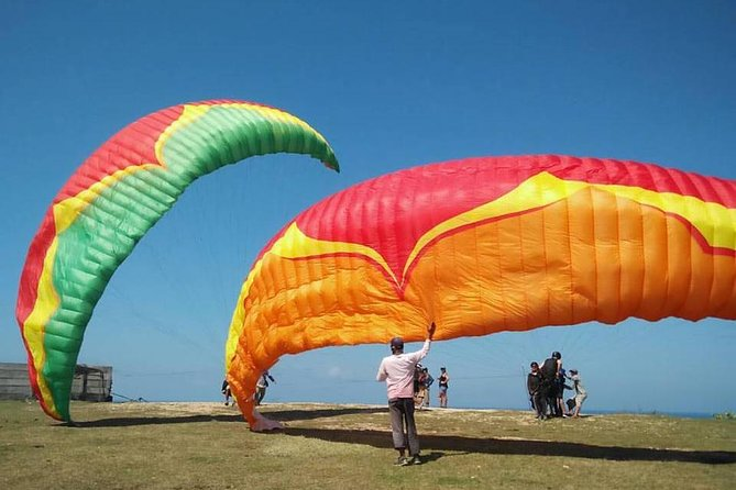 Fly tandem Paragliding in Bali with professional paragliding pilot, Exploring the cliff and secluded beach from the air with bird eye view and thrilling sensation. Fly with easy step without any skill or instruction needed. Just take your seat and start exploring amazing southern Bali coast line.<br><br>Tours Highlight:<br>-10 - 15 Minutes tandem Paragliding tour<br>-Private transportation from and to hotel included<br>-Inflight photo and Video footage with action camera
