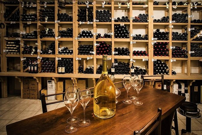 """Without moving from Verona you can make a complete tour of the best wines of the province, just moving from an """"osteria"""" to another: a unique opportunity to discover the most hidden corners of an old-style """"Verona-to-drink"""".<br>This tour is led by a professional sommelier."""