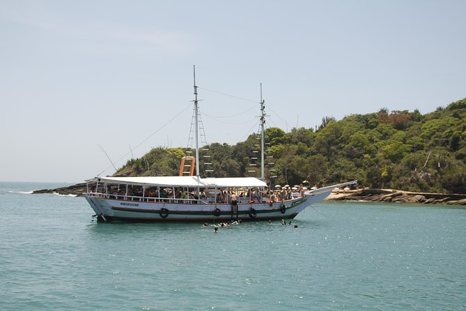 Take an incredible tour on board in a schooner, where you will take a beautiful ride along the beautiful beaches and islands in the north of the peninsula. You will know 12 beaches and 2 islands with three stops to dive and relax.<br>After a tasty lunch, also try the beauty of Buzios in a unique way, from an open-air car stopping at beautiful beaches and picturesque spots to give you an overview of the spectacular peninsula!