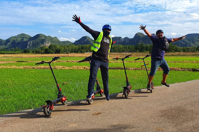 This tour starts from your hotel (or from our base if your hotel is too far from the tourist center).<br><br>- Your guide will teach you how to ride your E-scooter and brief you on the security rules during the trip.<br><br>- After the briefing, you will gently ride your E-scooter around Kanchanaburi's countryside, passing by rice fields and local farms, animals like Zebus, birds or even monitor lizards.<br>- You will take a break in a local café. We highly recommend you to try their beverages, such as fresh coffee or tea, and enjoy the magnificent view from the terrace.<br>- Continue the ride to a Chinese temple and finally arrive at the River Kwai Bridge.