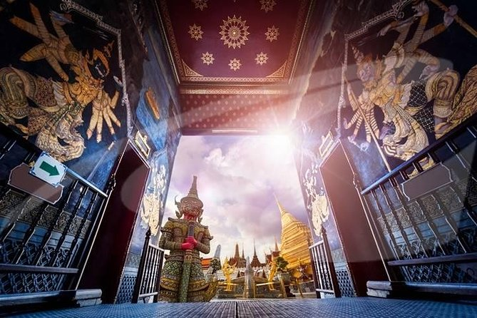 This half-day private sightseeing tour in Bangkok is a must for anyone visiting Thailand's capital city. On this private tour you will have the opportunity to explore the complex, which houses a number of attractions including Wat Phra Kaew (Temple of the Emerald Buddha) in the company of a local Thai guide.