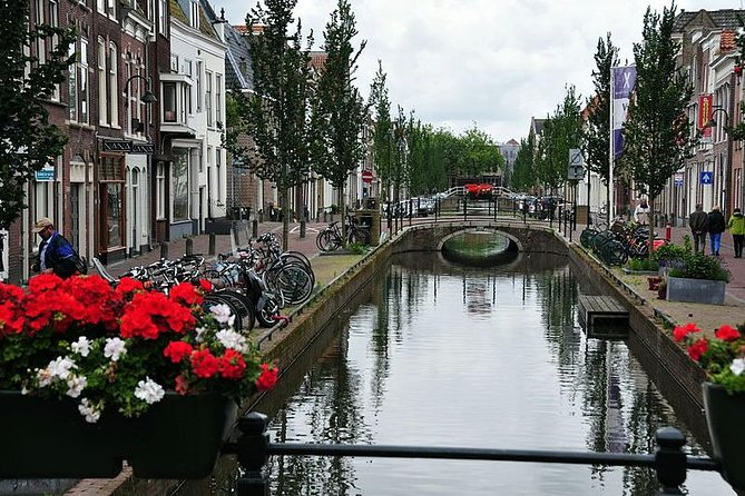 This tour takes you trough Gouda. We will see many of it's monuments, but we will also see the back streets where people live and work. You will see the pretty bits, but also the ugly bits. You get the real stories and the local legends, the pride and the shame. <br><br>A standard tour takes 1.5 hours, an extended tour takes about 2.5 hours. Or you can have a real custom tour, if you really want to go local! Tell me beforehand what interests you have or if there are specific things you want to do, and I will try to arrange the tour accordingly! So do you want to get cheese where the locals get it? Have a drink where there are no other tourists? Find the hidden shops? I will try my hardest to make sure you have a great experience of our city!