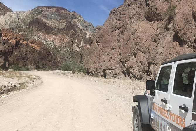 Small group Jeep/SUV tours of the San Andreas Fault zone.  Colorful canyons and tortured landscape make this tour a memorable once in a lifetime adventure. Also enjoy the area's agriculture, views of the Salton Sea, and a date milkshake at a working date farm.