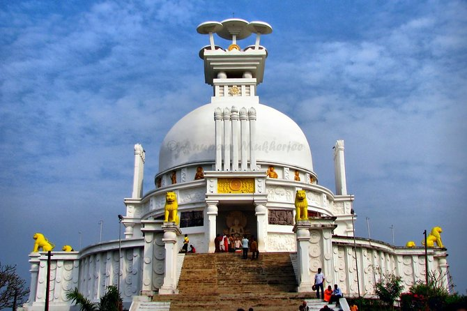 Make out the best of Bhubaneswar city in a single day with a full-day tour. See the various colors of the city, from temple sighting to caving tour including the peace pagoda and the state museum.