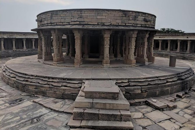 A beautiful set of structures dating back to the Gupta and Gurjara-Pratihara dynasties define the mastery of a historic era. The marvels of Mitawali, Padavali and Bateshwar temple are situated just a few kilometres from the city of Gwalior. It is also said that Mitawali, Padavali and Bateshwar made a golden triangle in which a university existed about a 1000 years ago! The alleged teaching centre was said to be a hub to impart education in Mathematics, Astrology and Hinduism to the children with the help of sun rays.
