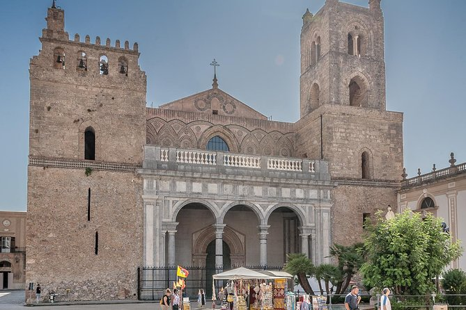 Enjoy the impressive mosaics of Monreale's Cathedral and its beautiful cloister<br>Enjoy Palermo, the Sicilian Capital. The walking tour in the historical center of the old town includes the visit of the Quattro Canti, the Bellini and the Pretoria squares, the magnificient arab-norman cathedral and of the very typical Capo's market <br>